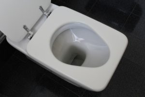 Détartrer des toilettes sans acide chlorhydrique